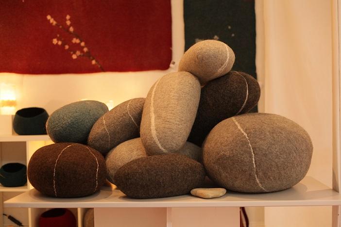 Objets feutrés décoratifs en laine brute ou rustique